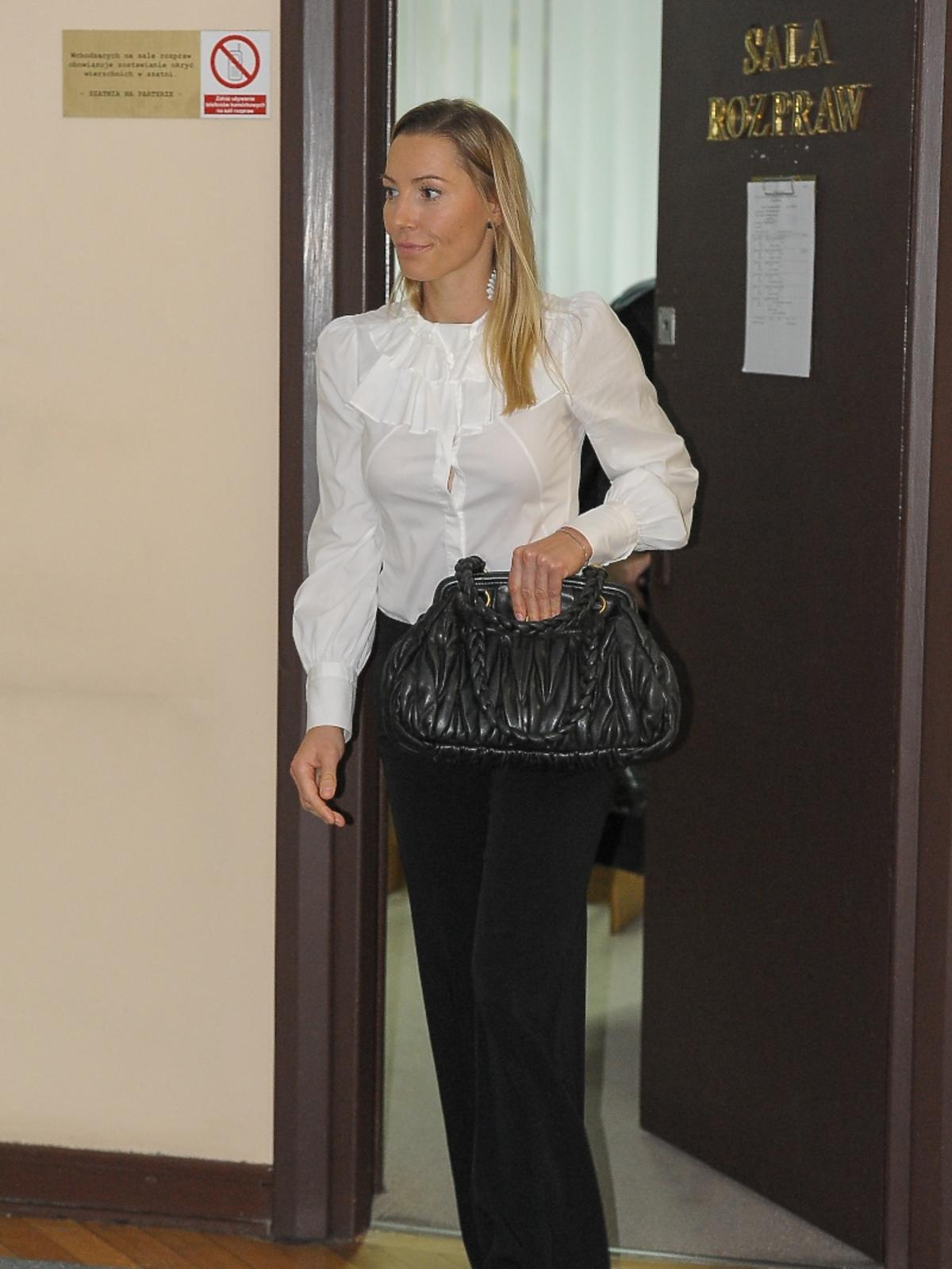 Sylwia Gruchała w białej koszuli