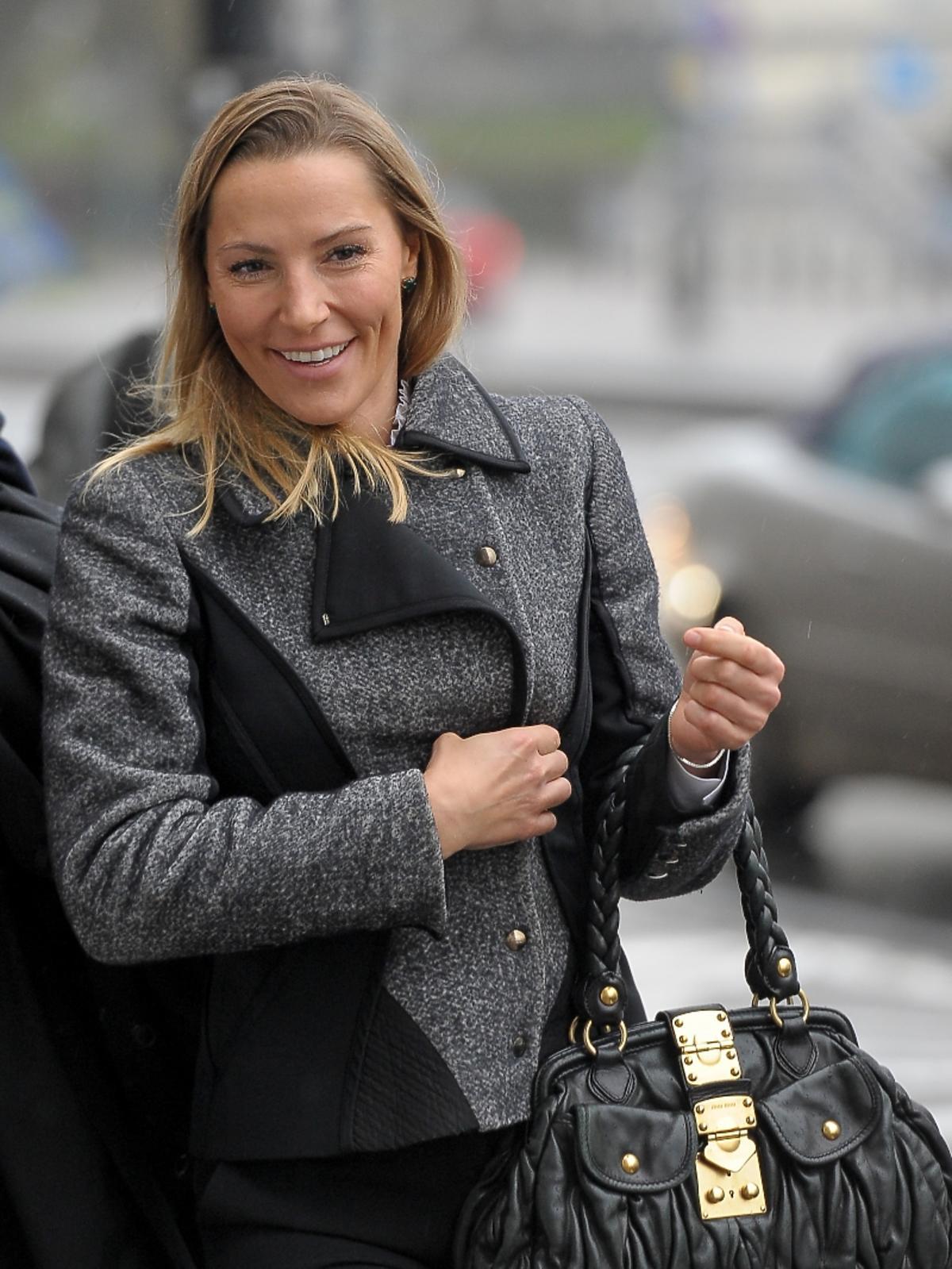 Sylwia Gruchała w szarej kurtce