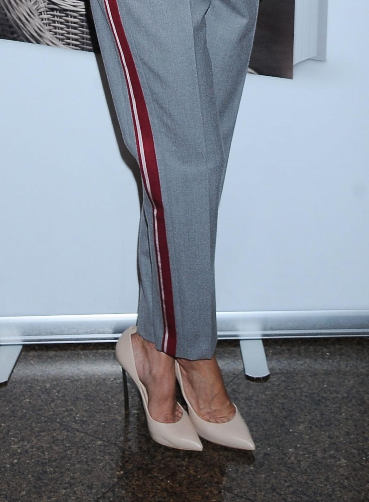 Małgorzata Rozenek w szarych spodniach z lampasem, cielistych szpilkach