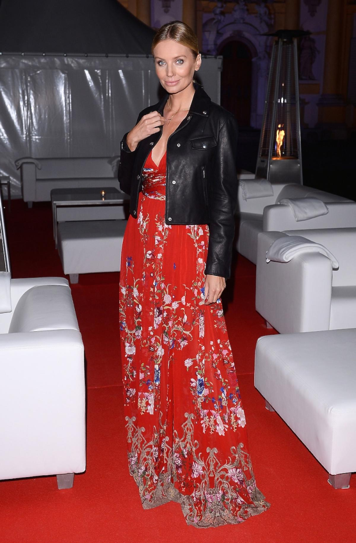 Agnieszka Szulim w długiej sukience w kwiaty, czarnej skórzanej ramonesce