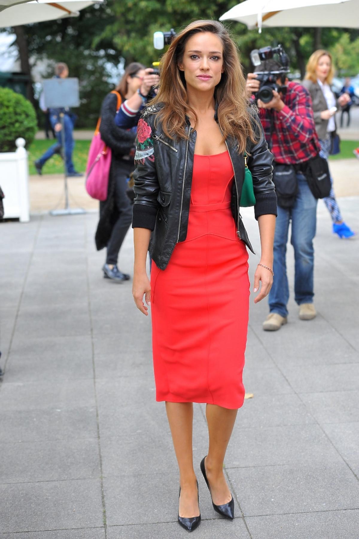 Alicja Bachleda-Curuś w czerwonej sukience i czarnej skórzanej ramonesce