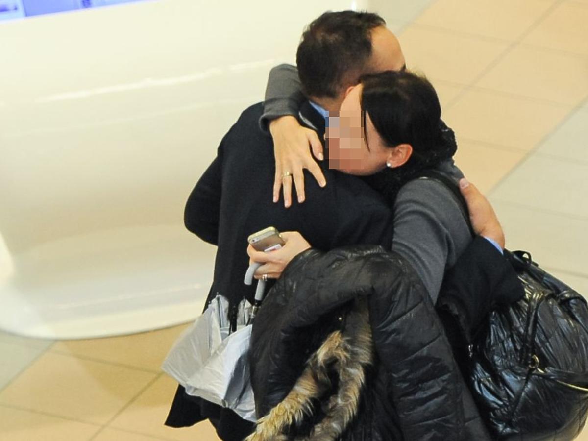 Agustin Egurolla przytula tajemniczą kobietę