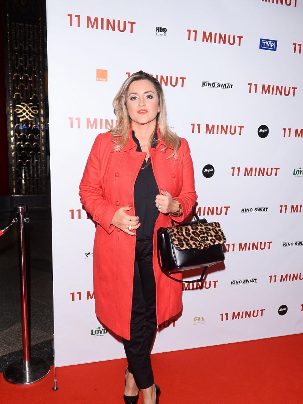 Karolina Szostak w czerwonym płaszczu