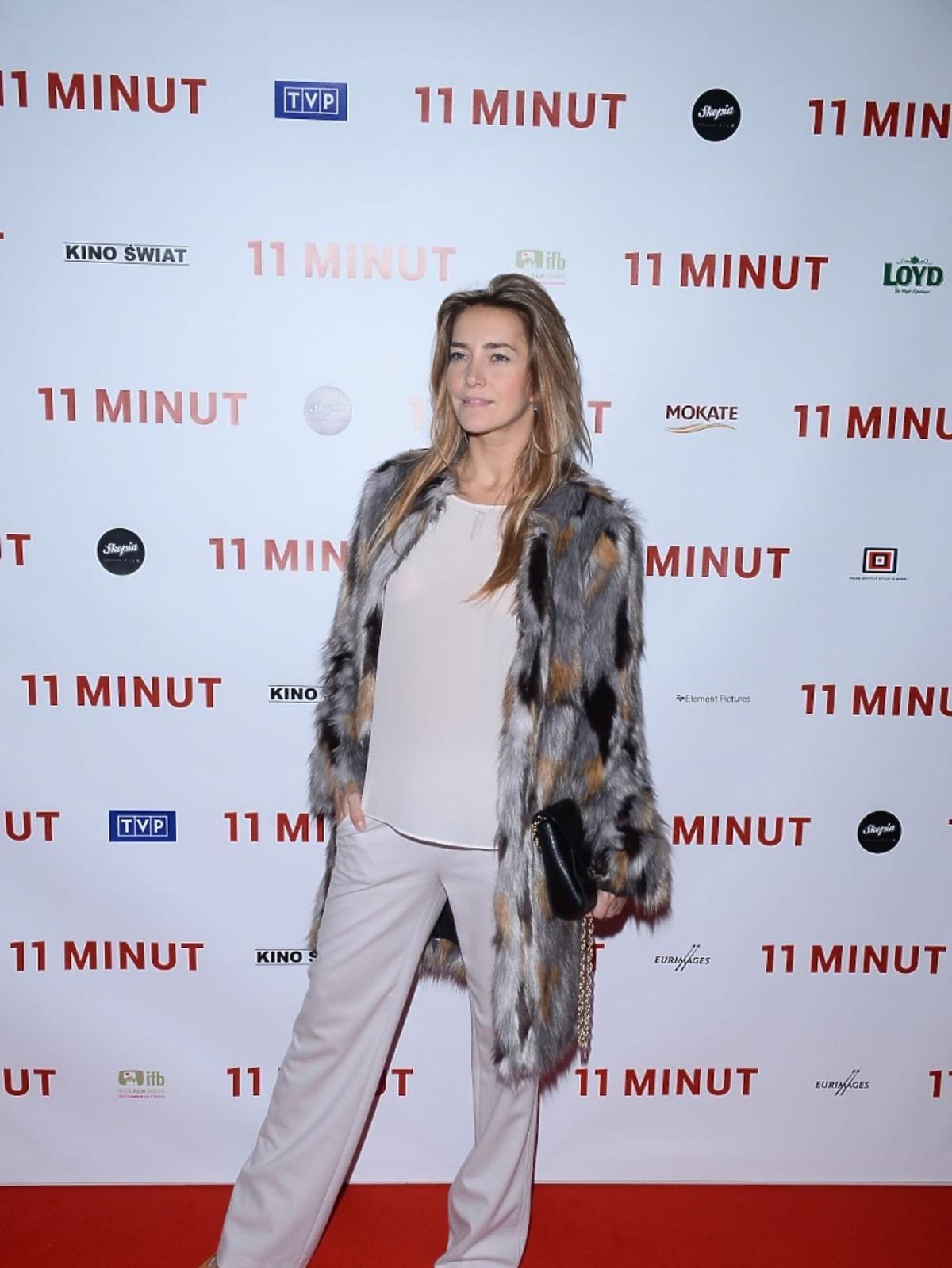 Kamilla Baar w szerokich kremowych spodniach