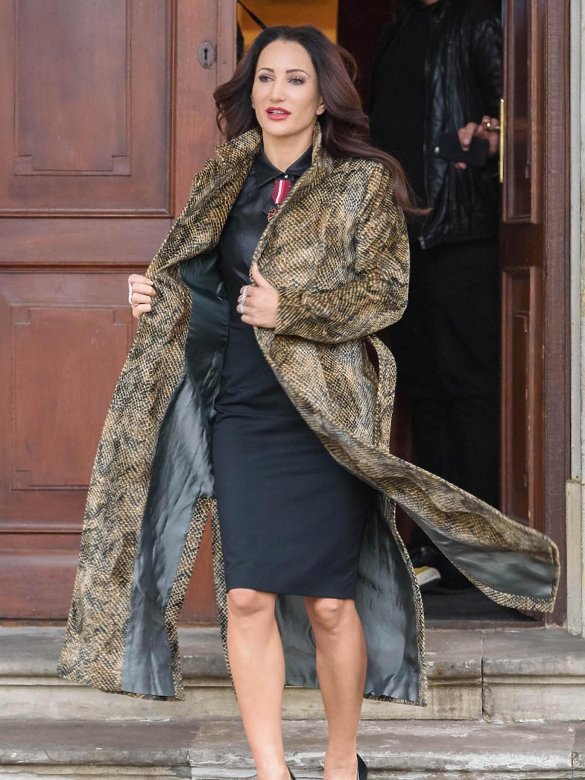 Justyna Steczkowska w czarnej sukience i płaszczu z węża skóry
