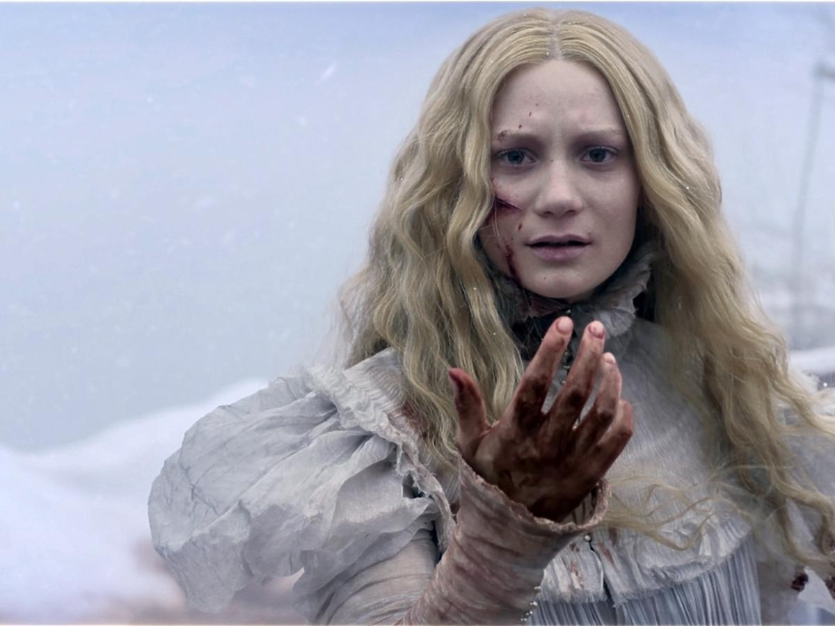Zakrwawiona Mia Wasikowska patrzy przed siebie w filmie Crimson Peak Wzgórze krwi