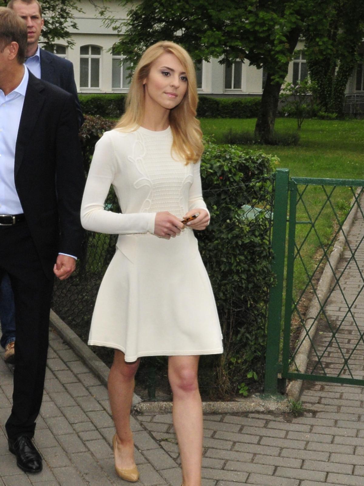 Kasia Tusk  idzie w kremowek krótkiej sukience