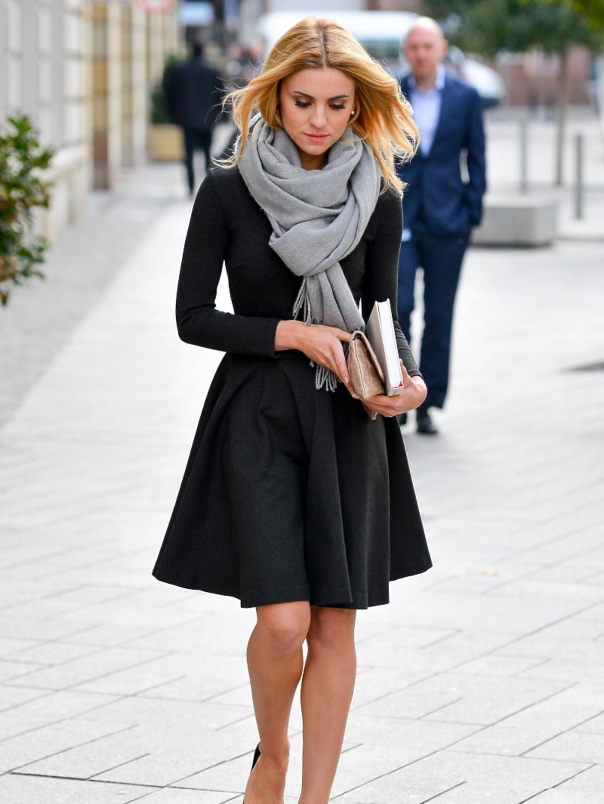 Kasia Tusk w czarnej sukience i szarym szalu
