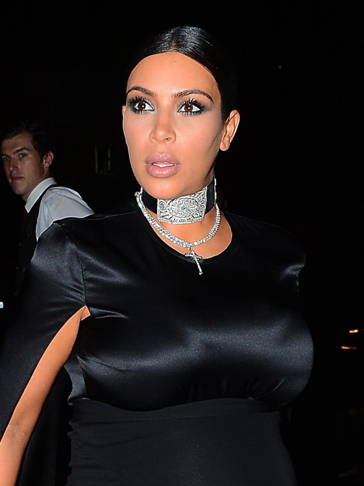 Kim Kardashian w ciąży w czarnej sukience