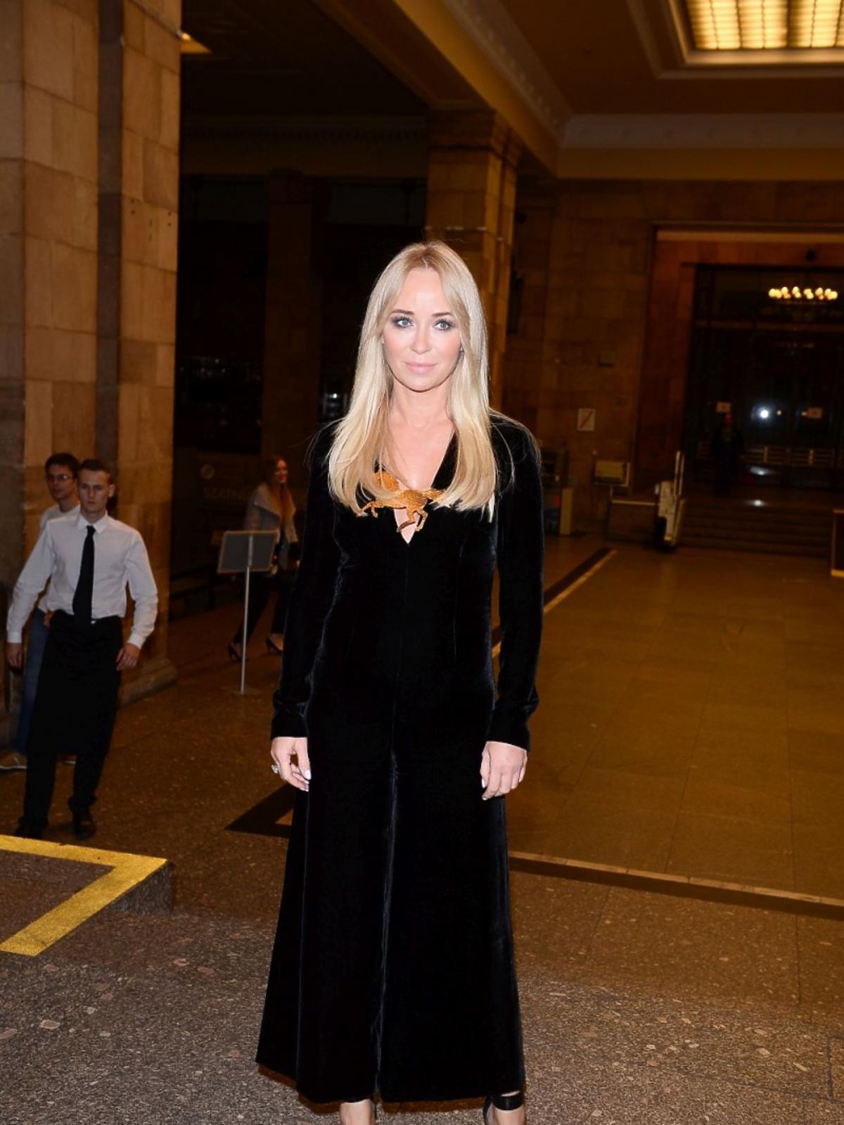 Joanna Przetakiewicz w czarnym płaszczu na imprezie Elle