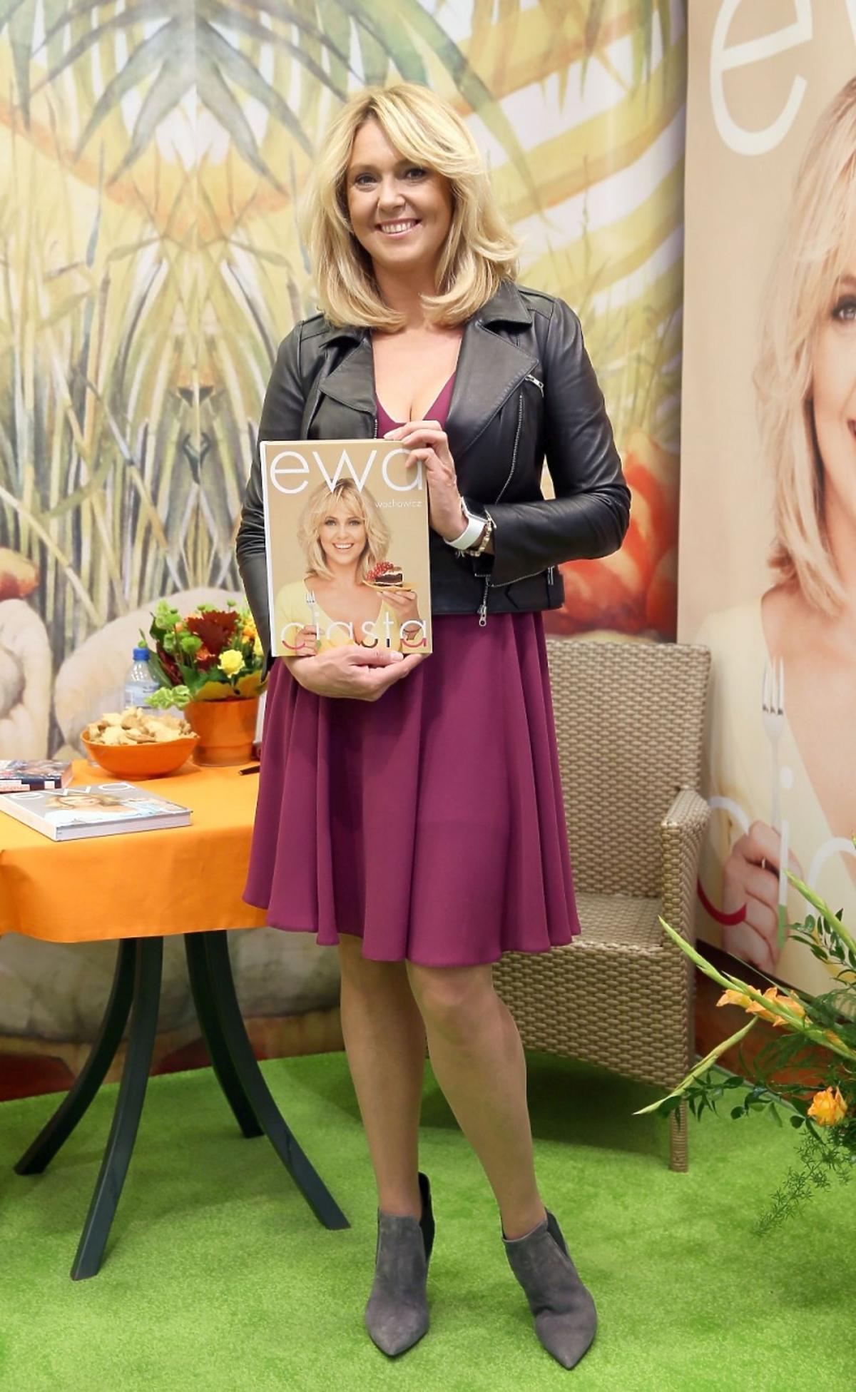 Ewa Wachowicz w fioletowej spódnicy i skórzanej kurtce