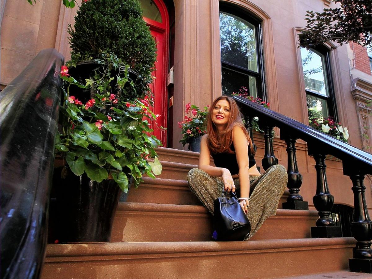 Aktorka Ada Fijał przed domem Carrie Bradshaw