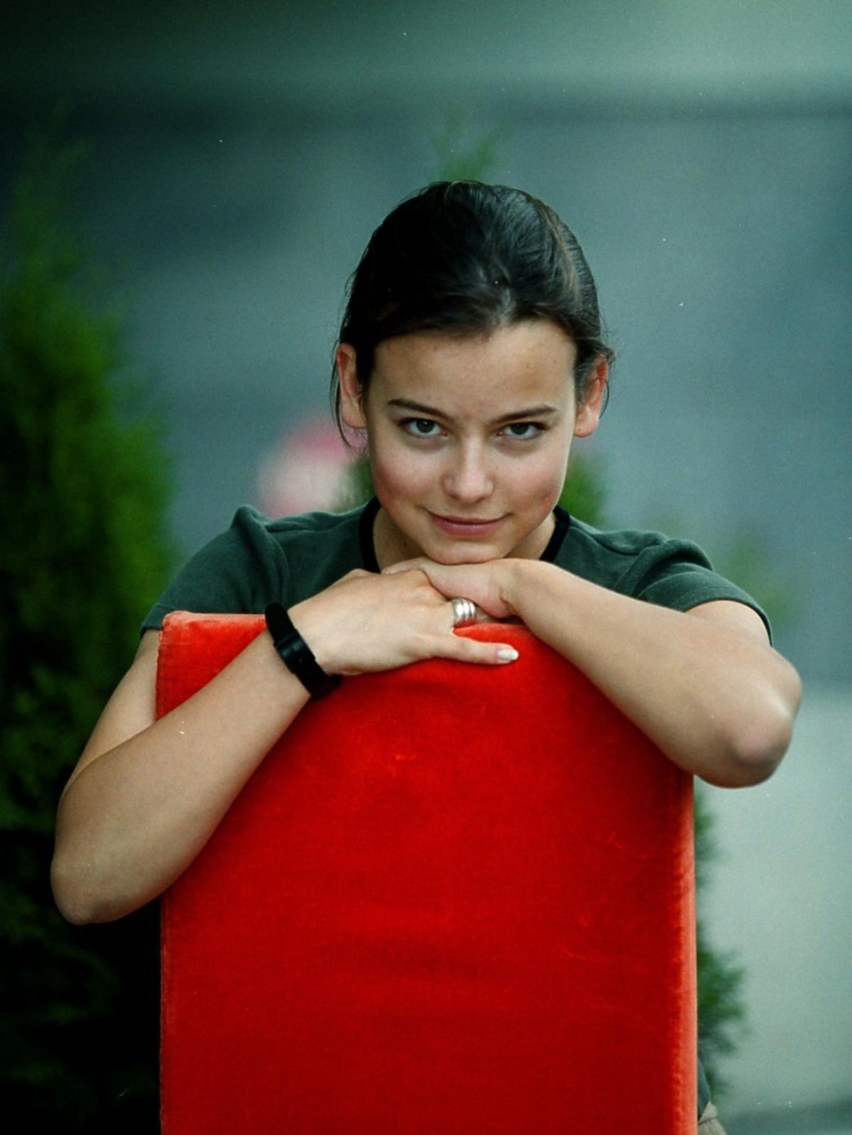 Anna Mucha siedzi na krześle