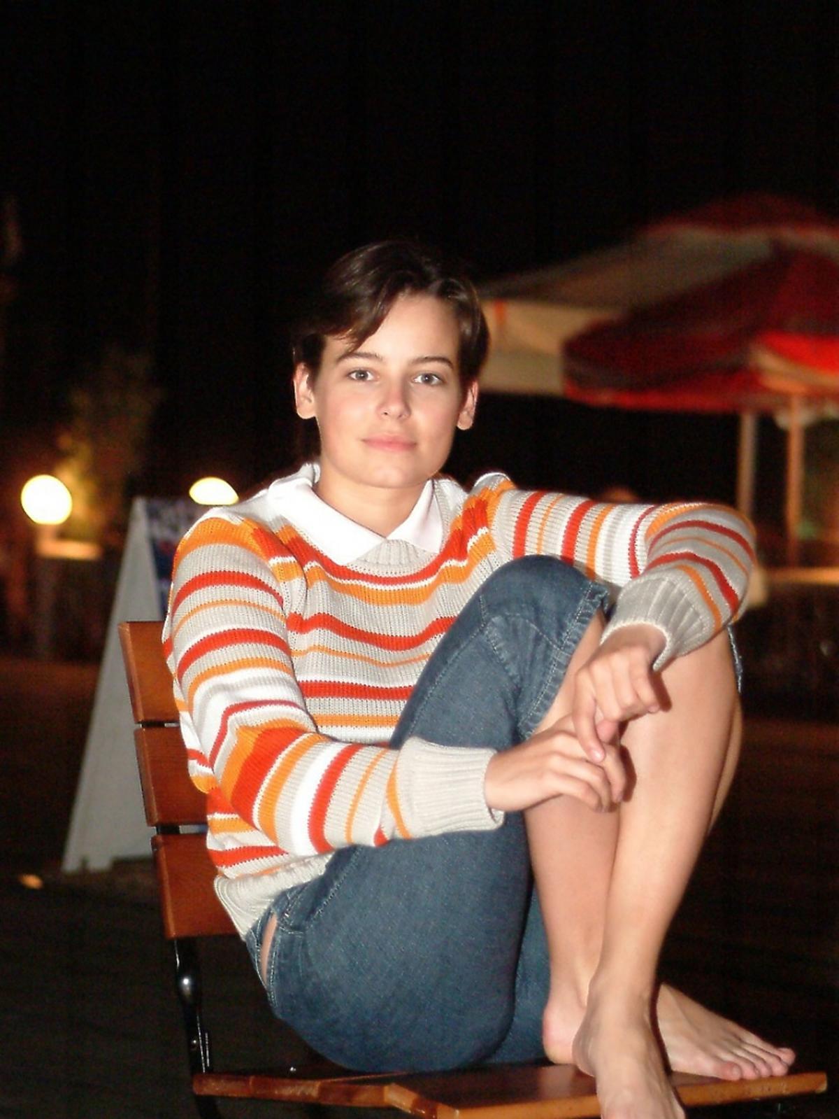 Anna Mucha siedzi na krześle w krótkich spodenkach