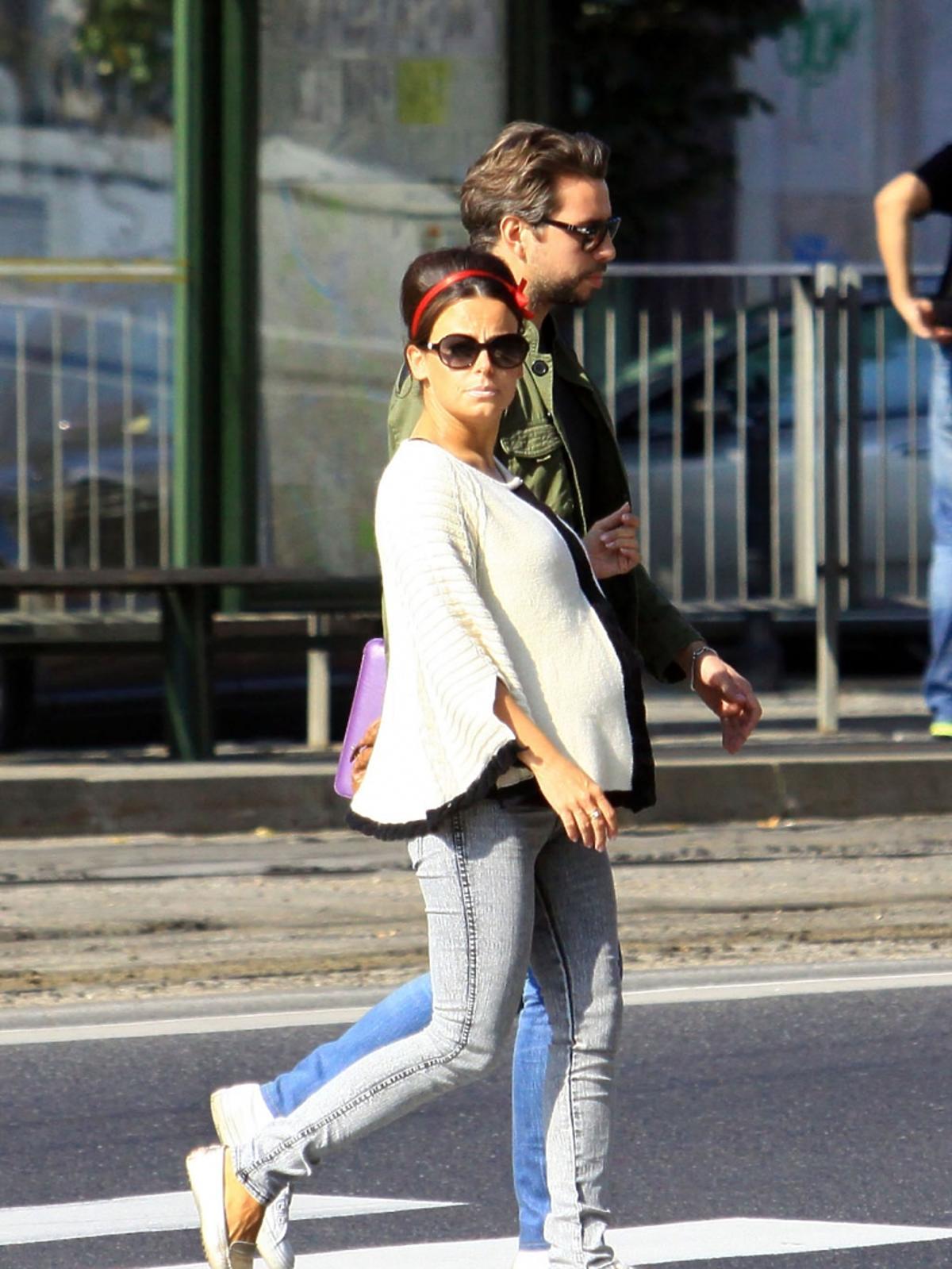 Anna Mucha w ciąży idzie ulicą z Marcelem Sorą