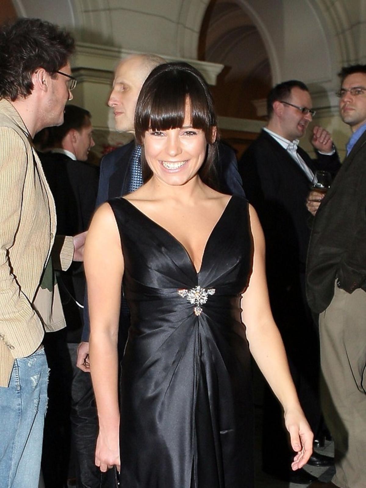Anna Mucha w czarnej sukience