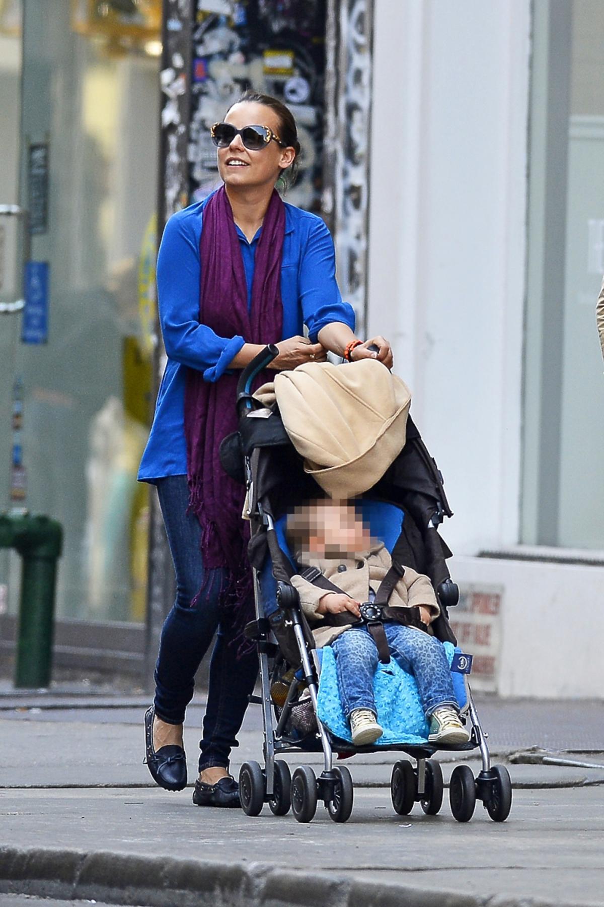 Anna Mucha prowadz dzieciecy wózek, w środku siedzi jej córka