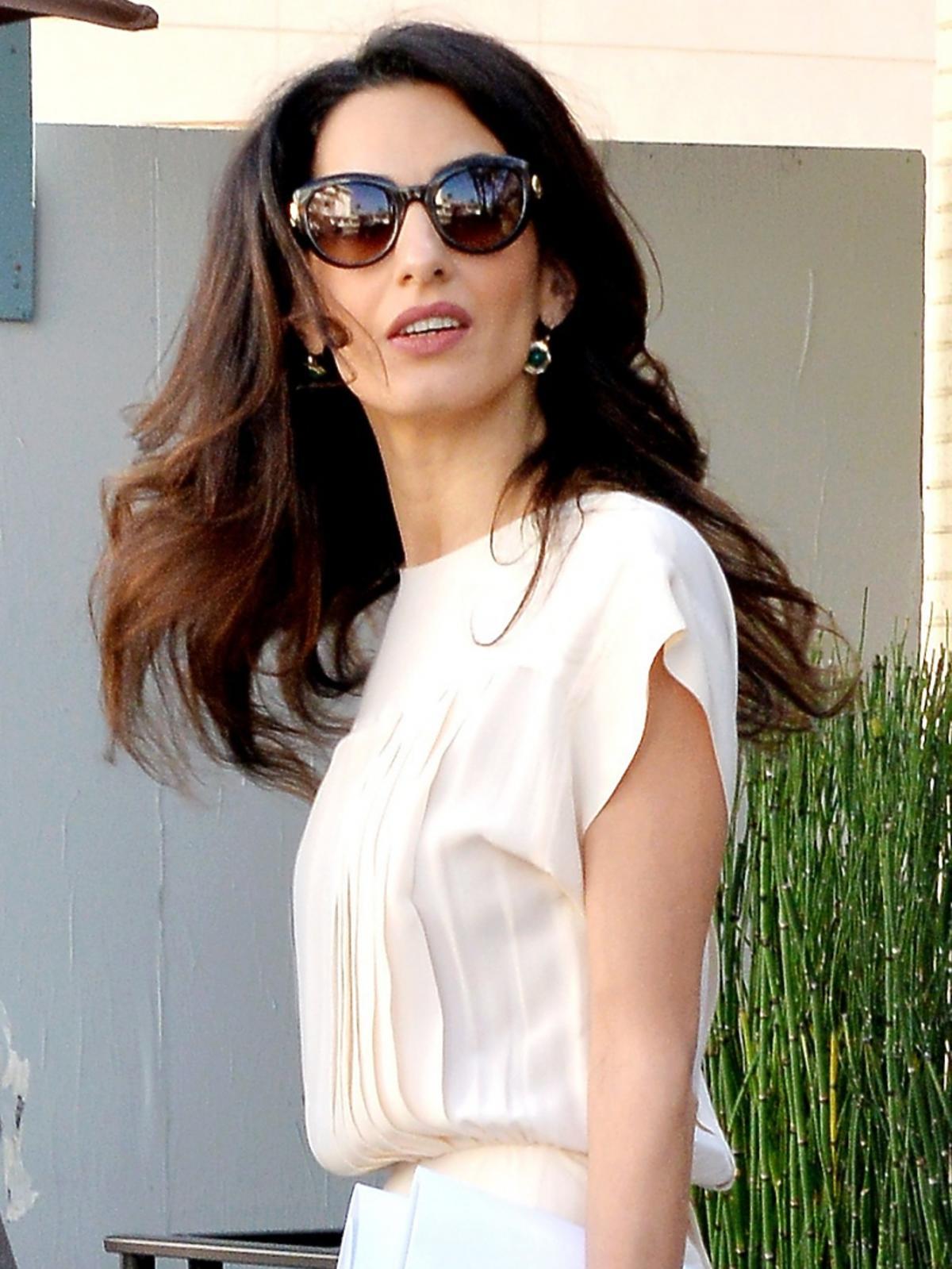 Amal Clooney w jasnej sukience