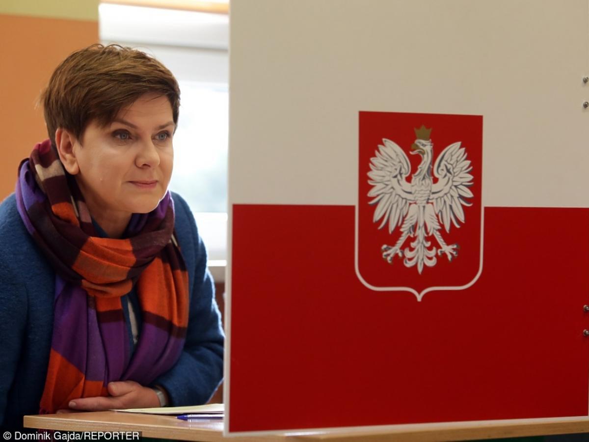Beata Szydło w kolorowym szaliku