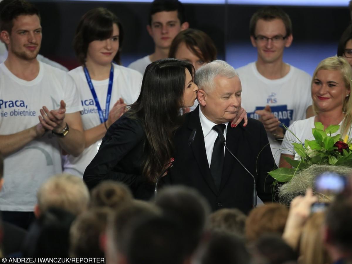 Marta Kaczyńska w czarnej kreacji całuje wuja Jarosława Kaczyńskiego na wyborach parlamentarnych