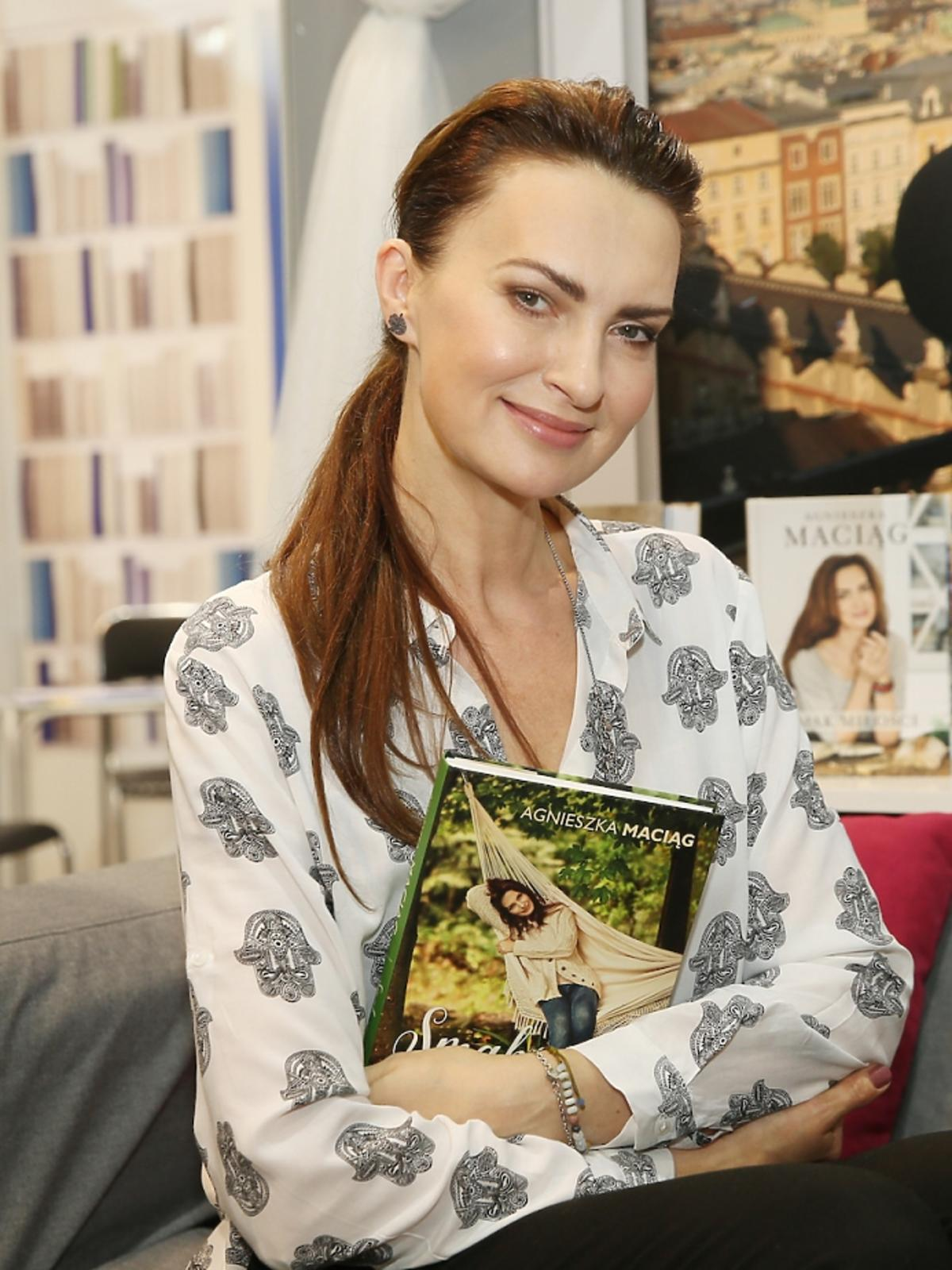 Agnieszka Maciąg w białej bluzce