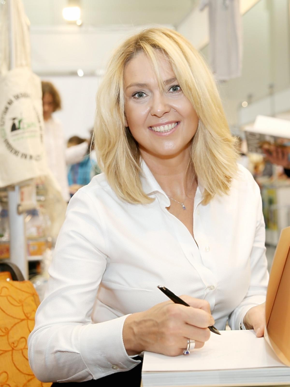 Ewa Wachowicz w białej koszuli