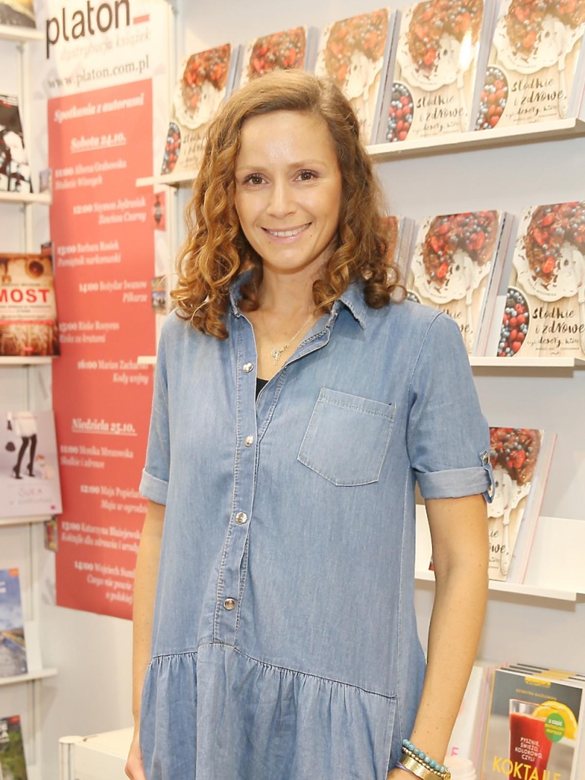 Monika Mrozowska w niebieskiej bluzce