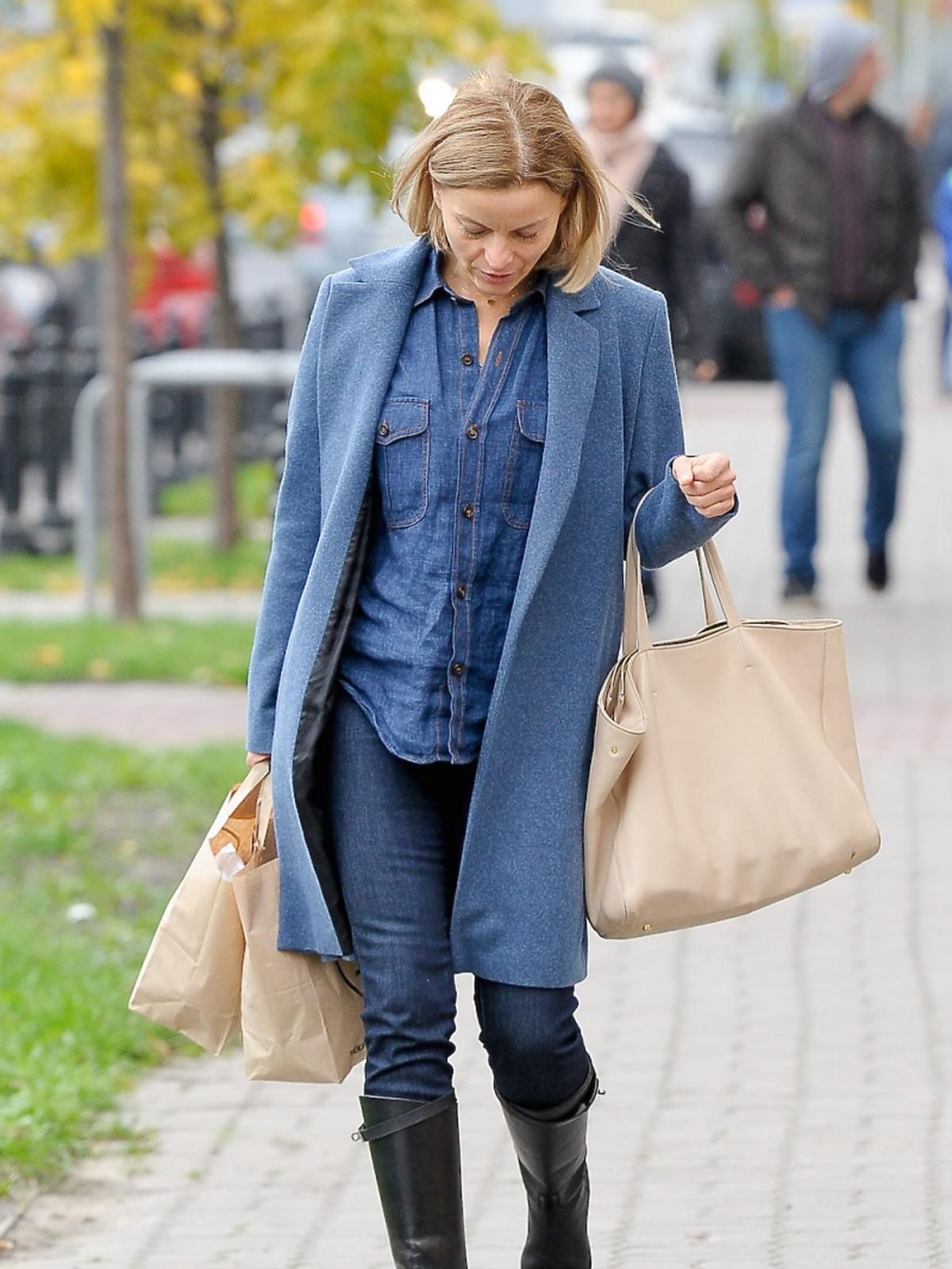 Małgorzata Foremniak w jeansowej koszuli