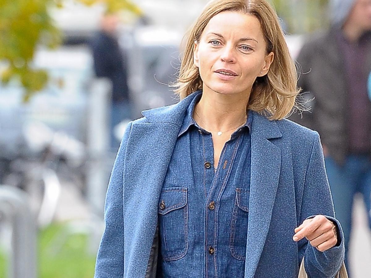 Małgorzata Foremniak w niebieskim płaszczu