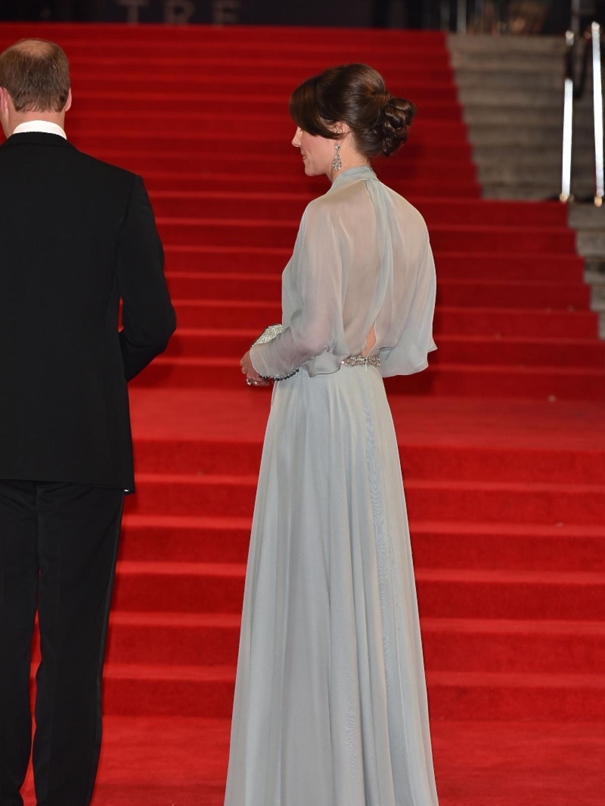 Księżna Kate w szarej sukni stoi tyłem