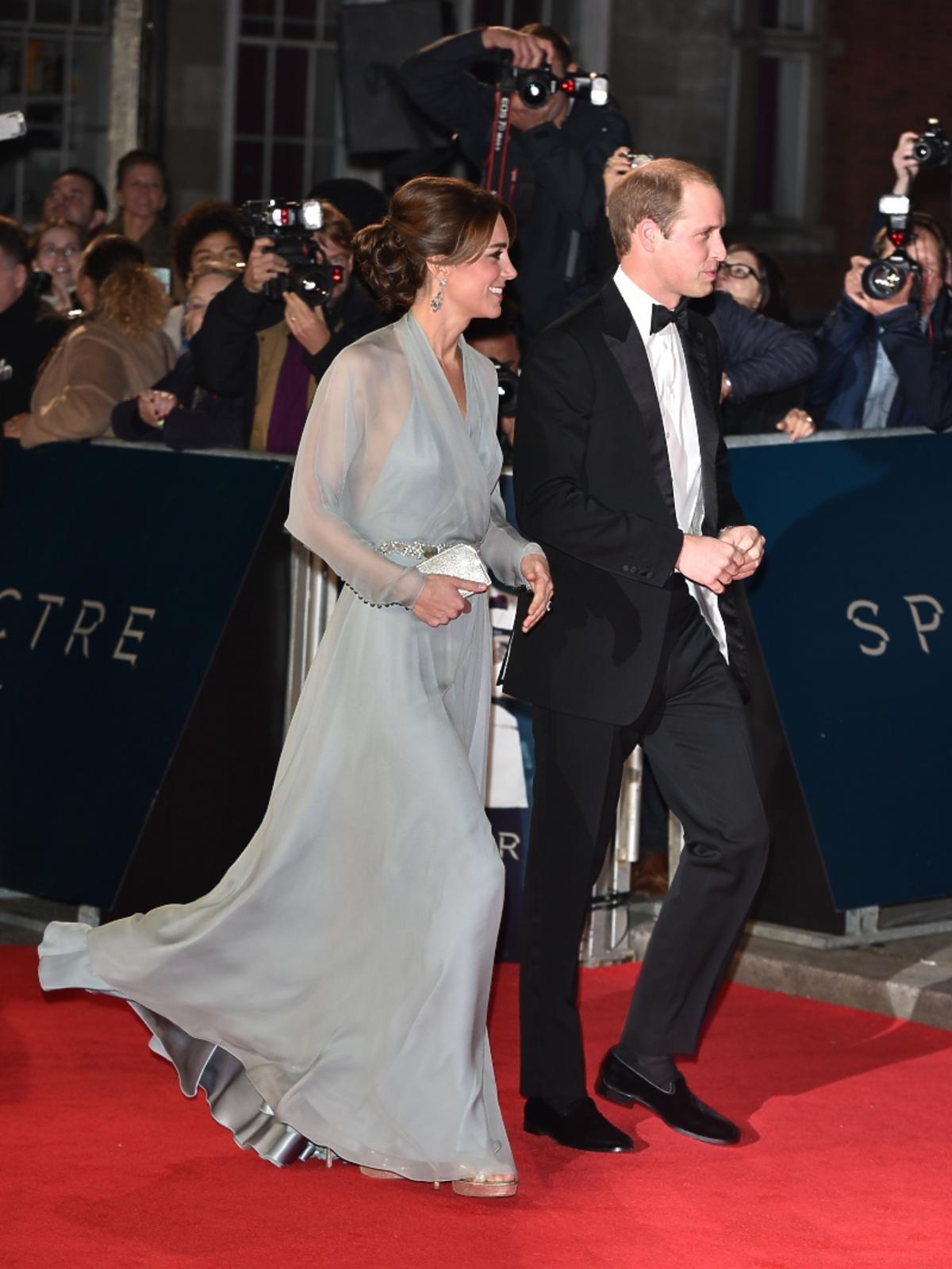 Księżna Kate w szarej sukni, książę William w garniturze
