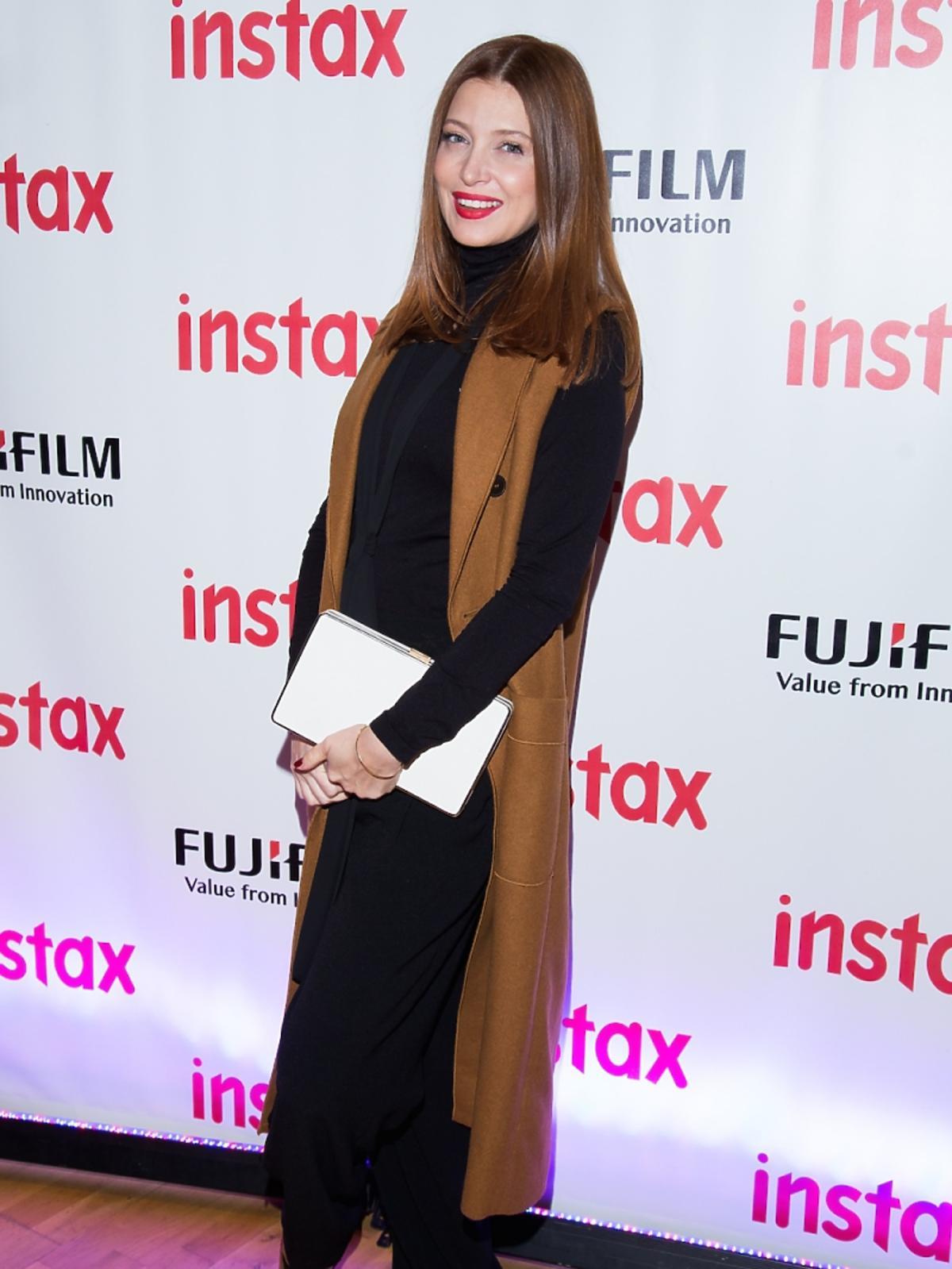 Ada Fijał w brązowym płaszczu