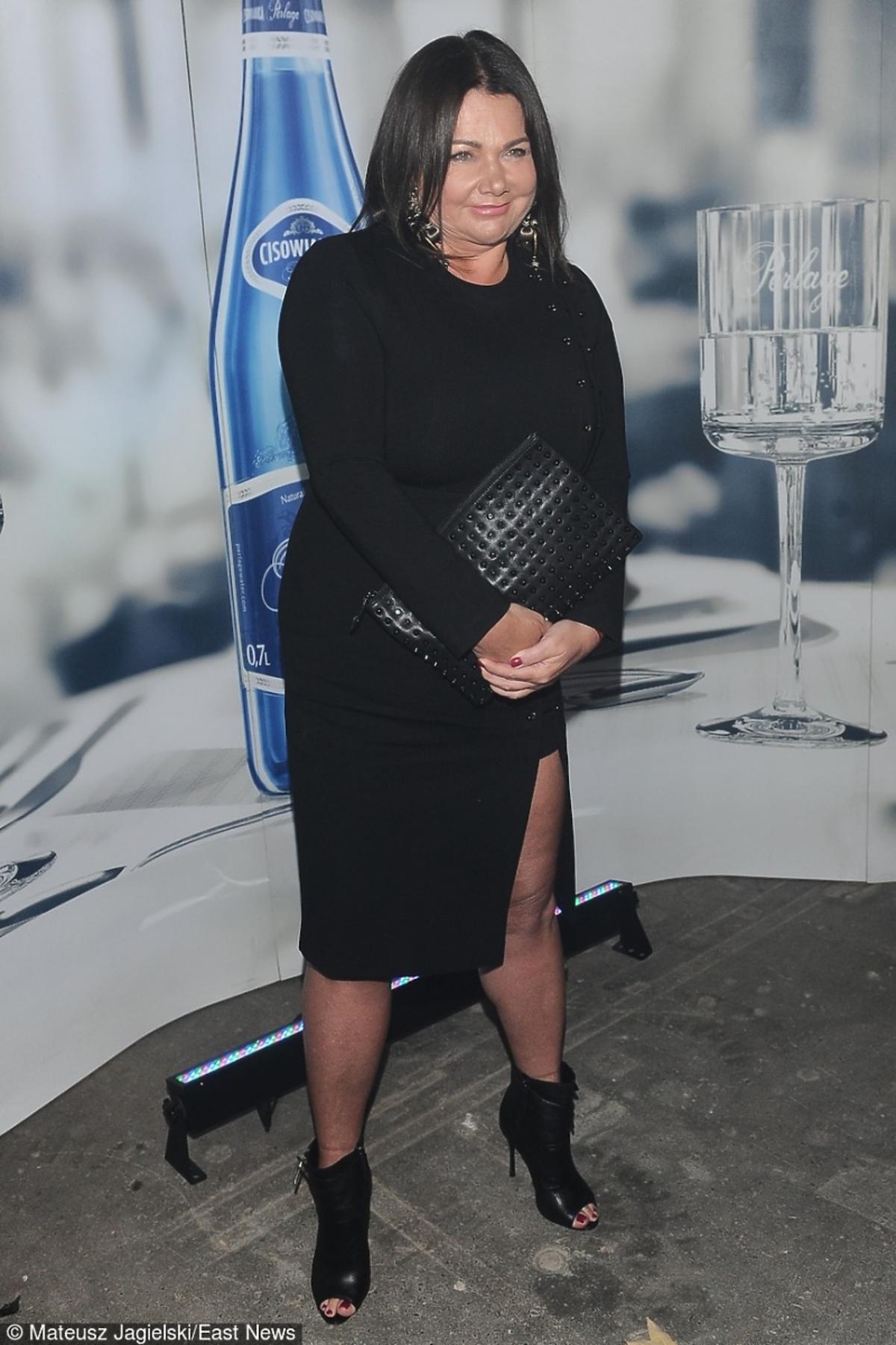 Katarzyna Niezgoda w czarnej sukience na pokazie Ossolińskiego