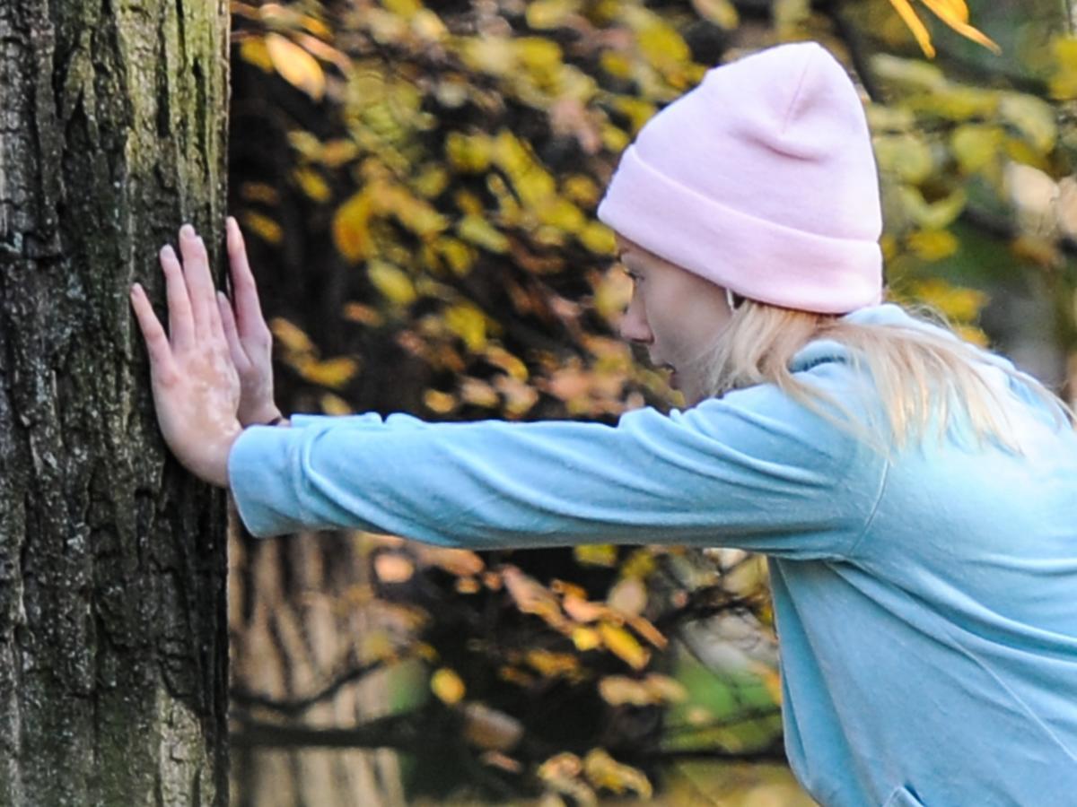 Jagoda Judzińska ćwiczy w parku