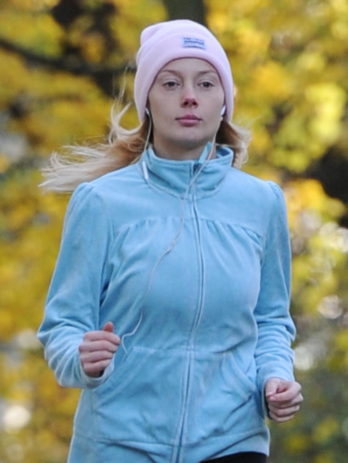 Jagoda Judzińska w niebieskiej bluzie i różowej czapce