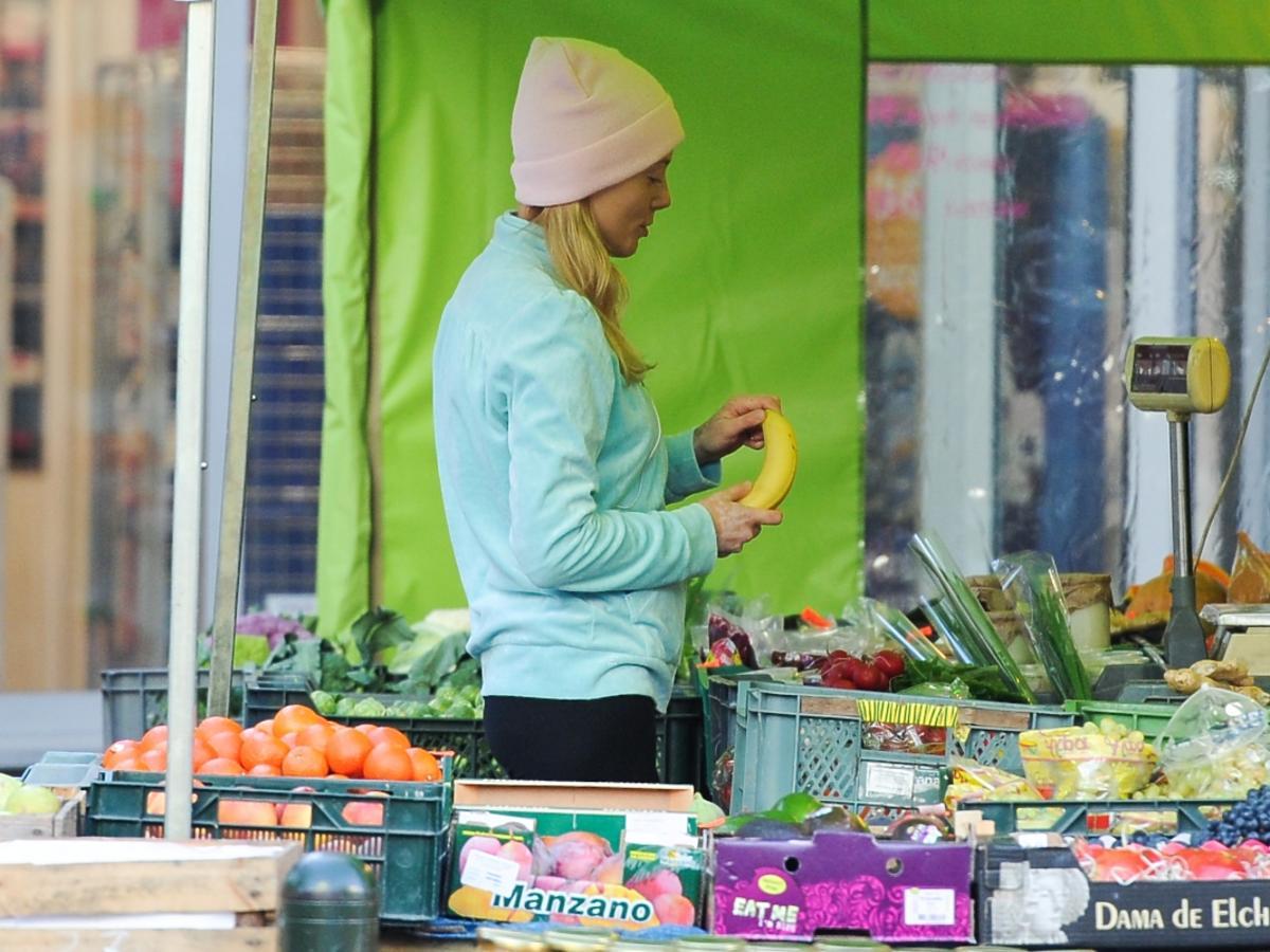 Jagoda Judzińska kupuje banana
