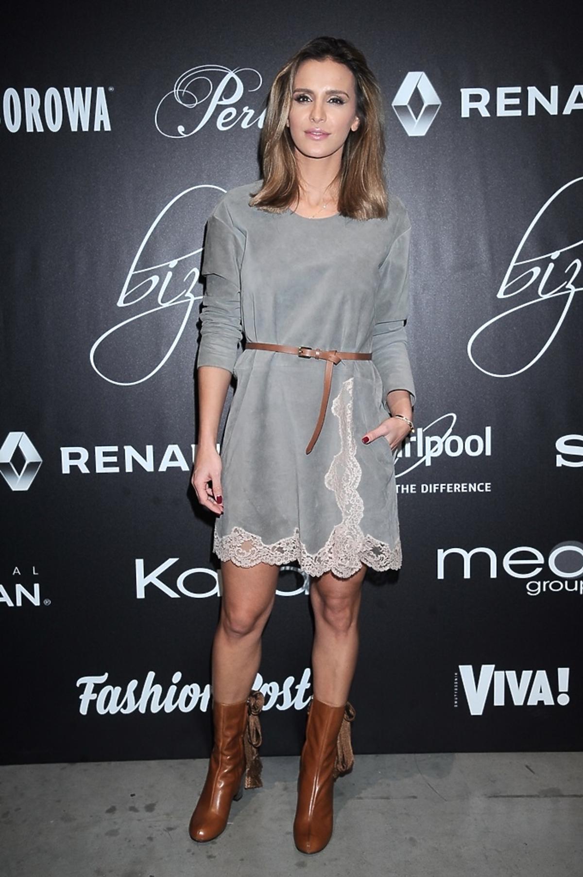 Sara Boruc w szarej sukience