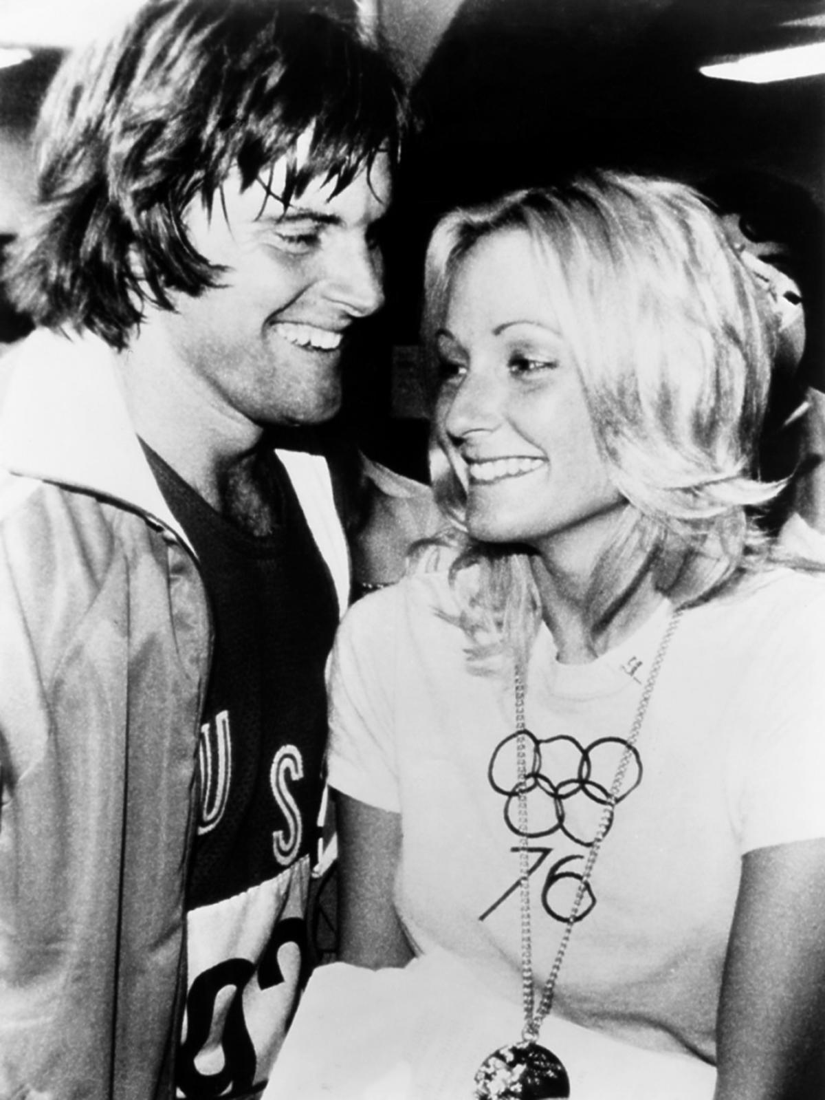 Bruce Jenner z pierwszą żoną patrzą sobie w oczy, zdjęcie czarno białe