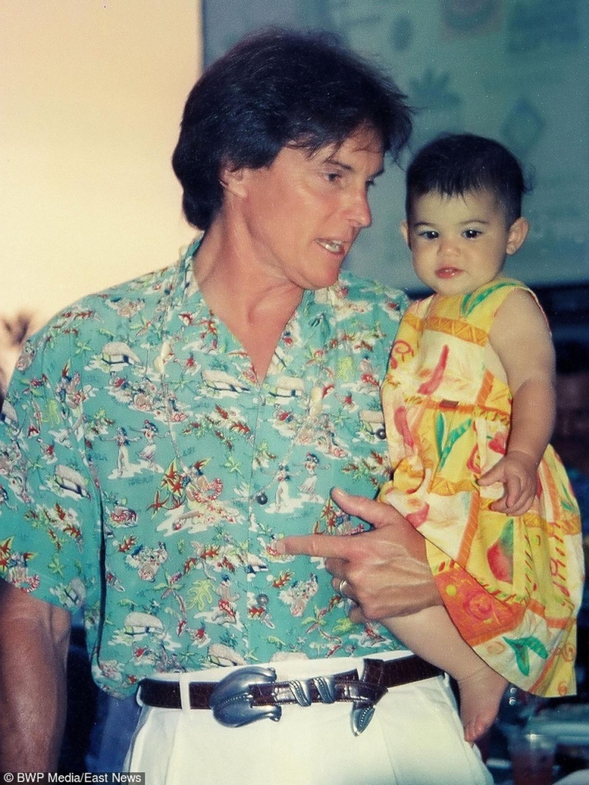 Bruce Jenner trzyma na rękach swoją maleńką córeczkę Kendall, stare zdjęcie