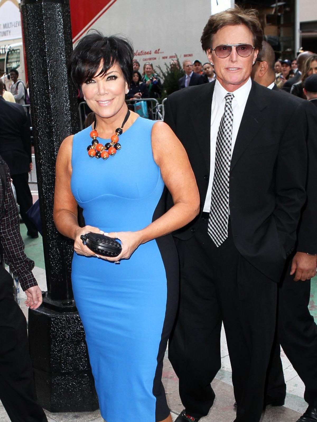 Bruce Jenner w  ciemnym garniturze z żoną Kris, która ma na sobie jasną niebieską sukienkę