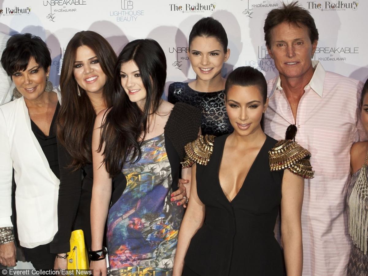 Bruce Jenner z całą rodziną pozuje na ściance