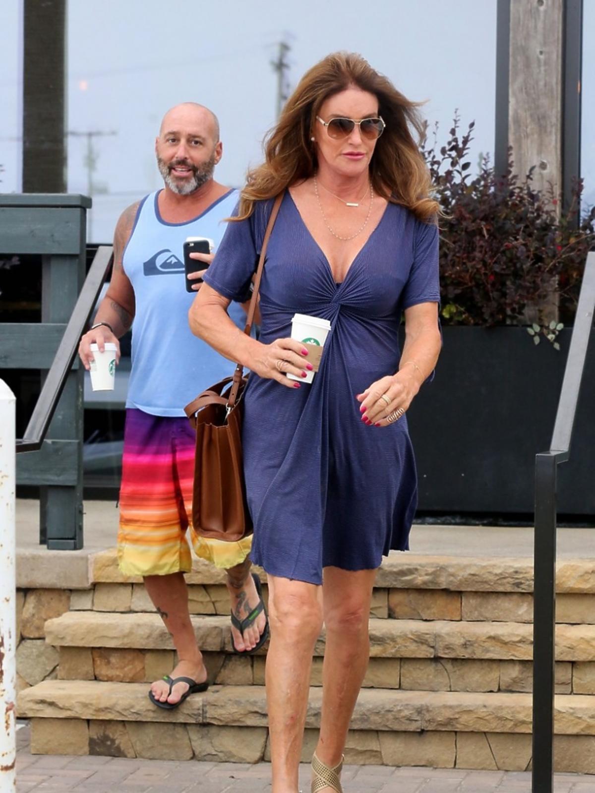 Cailtyn Jenner w niebieskiej sukience idzie ulicą