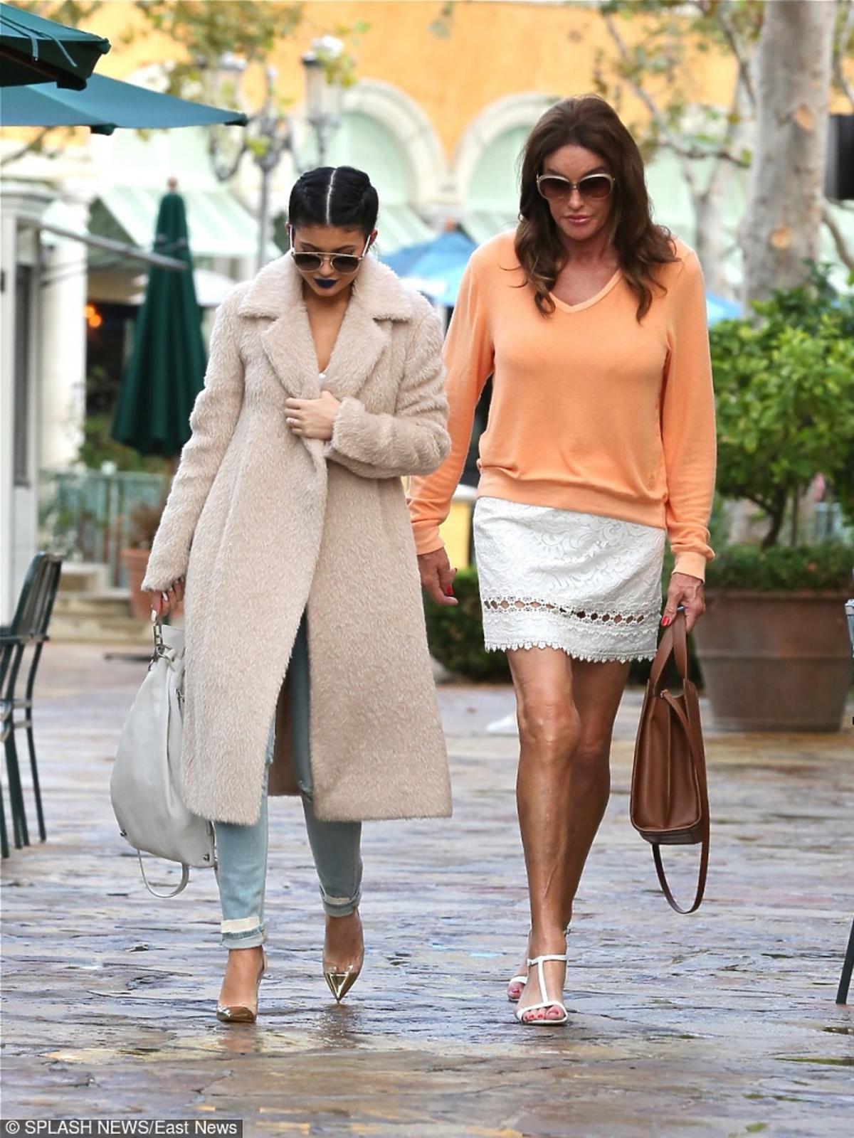 Caitlyn Jenner spaceruje w krótkiej spódnicy i pomarańczowym sweterku