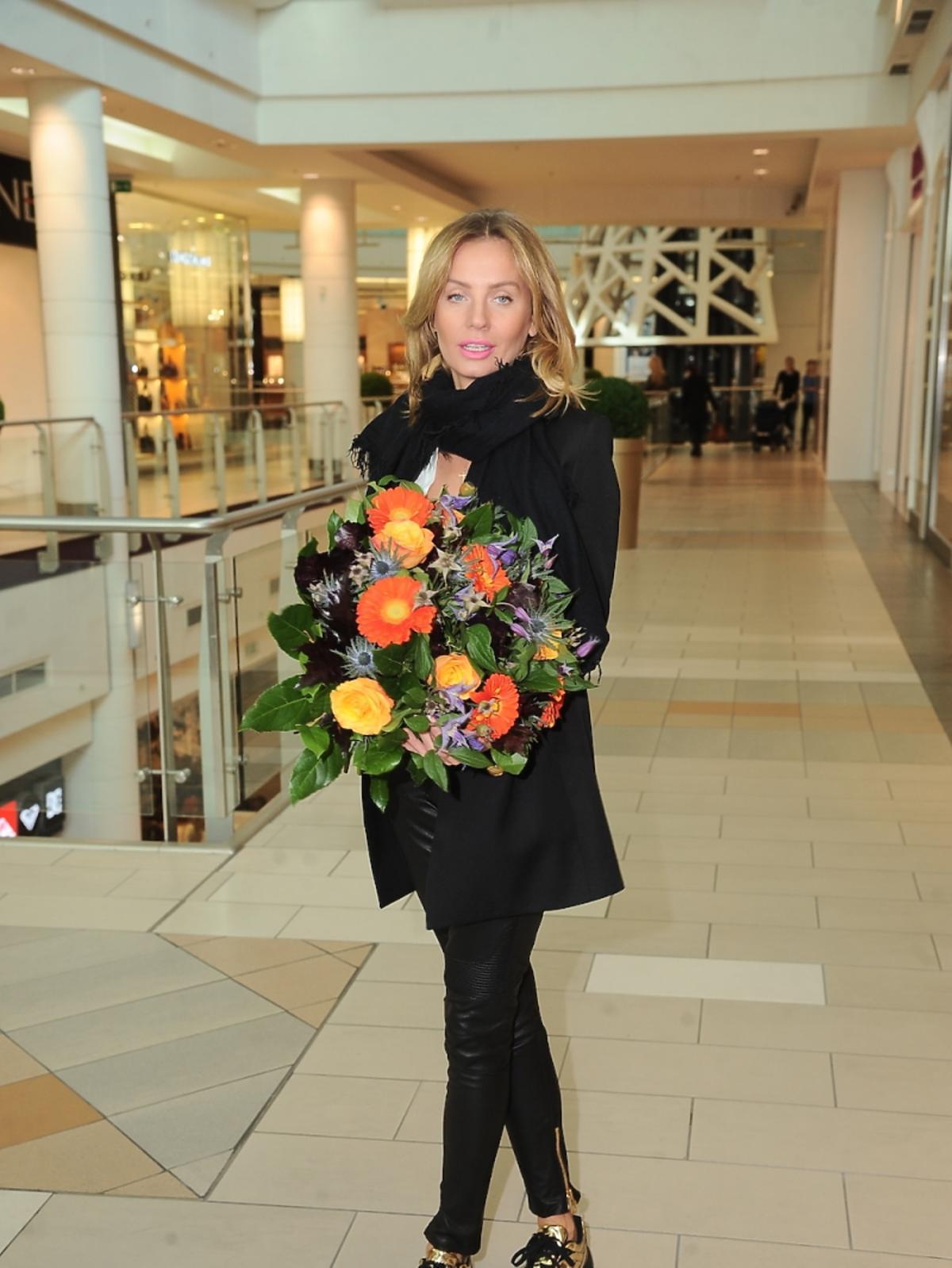 Agnieszka Szulim z bukietem kwiatów
