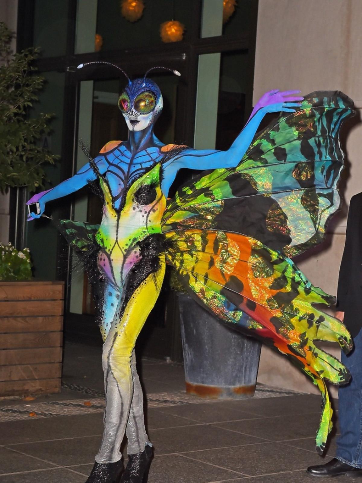 Heidi Klum w stoju motyla idzie na halloweenową impreze