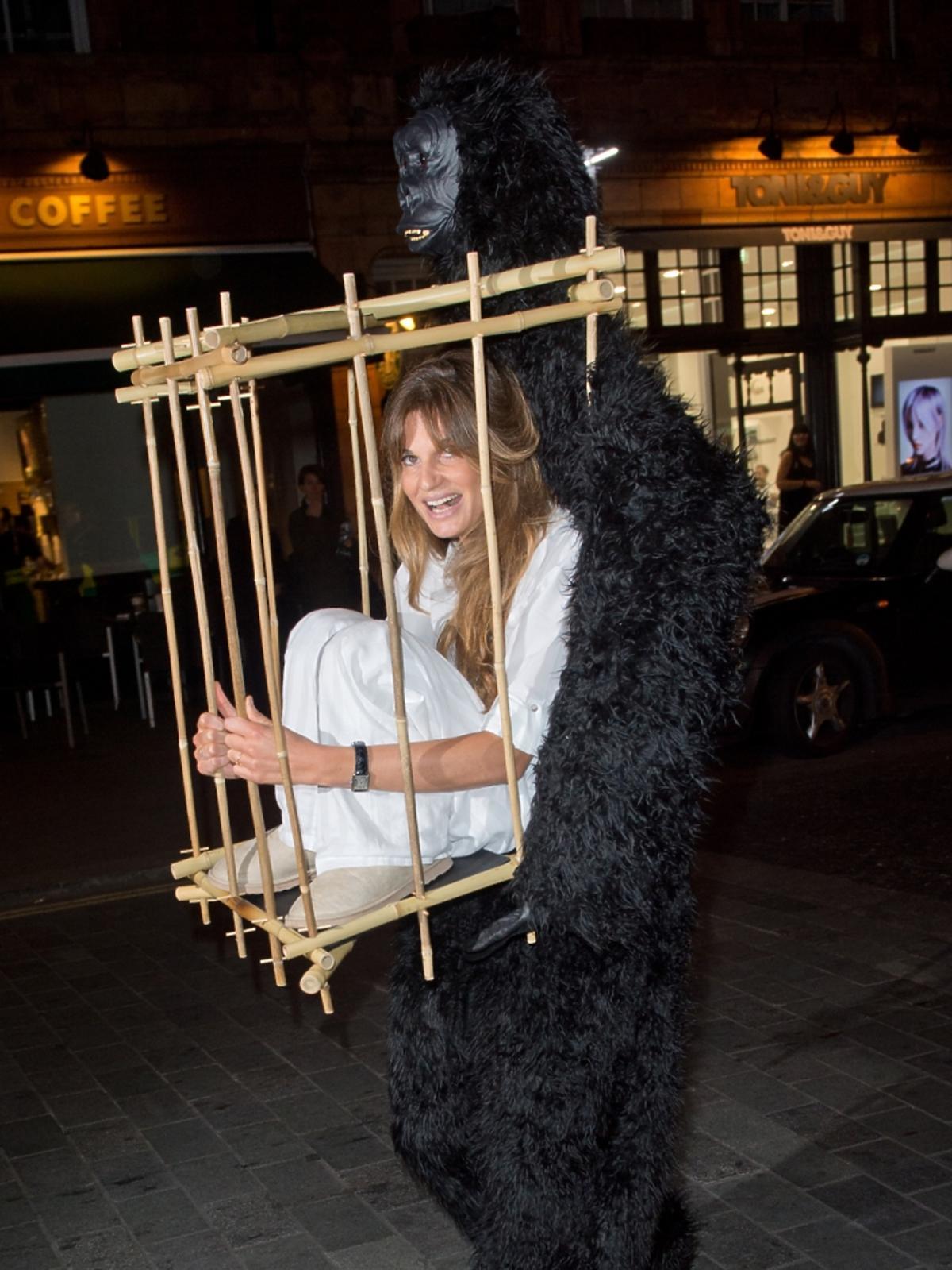 Jemima Khan niesiona przez goryla na Halloween Party