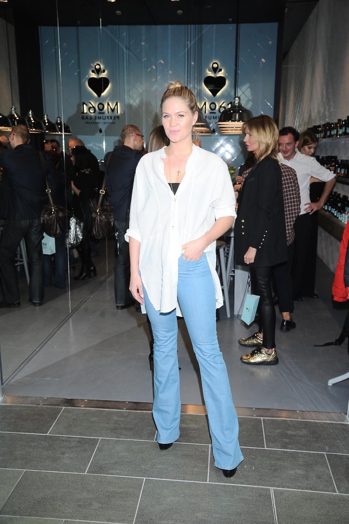 Zofia Ślotała w szerokich dżinsach i białej koszuli