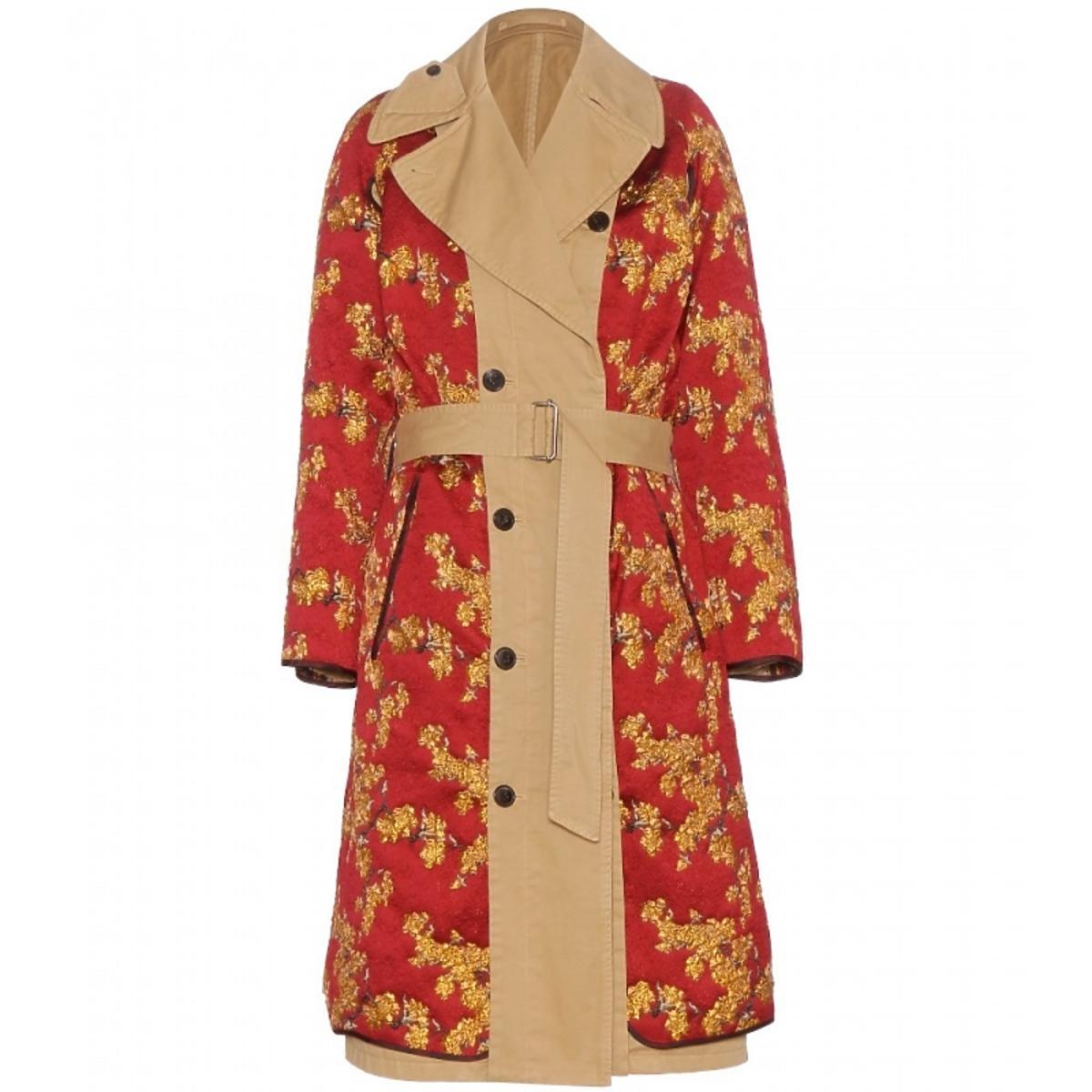 beżowy płaszcz z dopinką w czerwonym kolorze ze złotymi kawiatmi