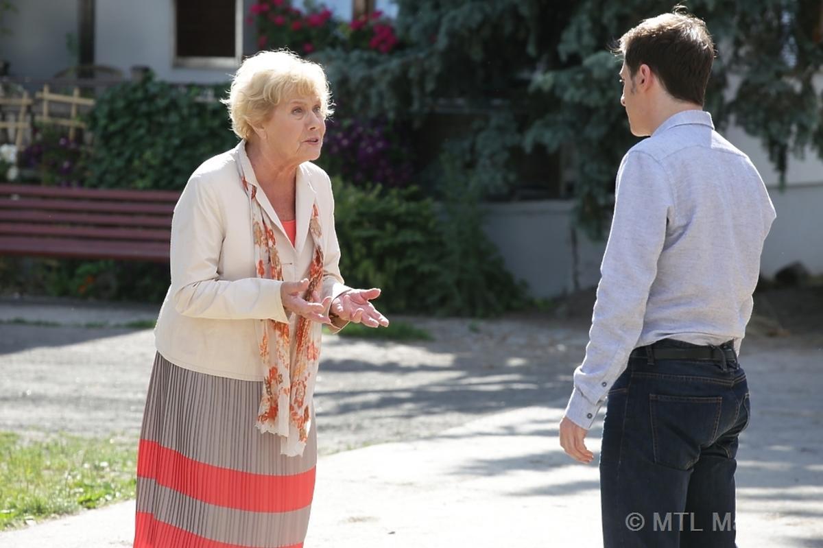 Barbara Mostowiak w jasnym żakiecie i Marek Mostowiak w szarej koszuli kłócą się w M jak Miłość