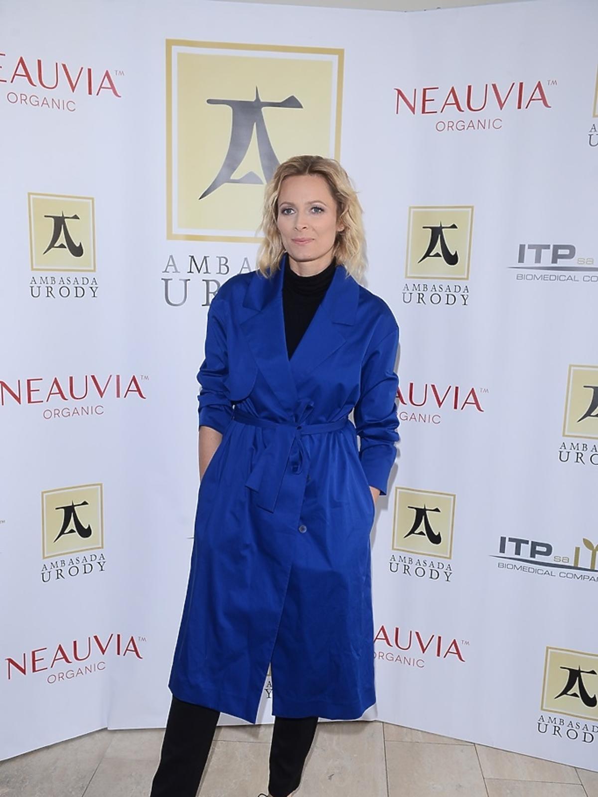 Odeta Moro w chabrowym płaszczu